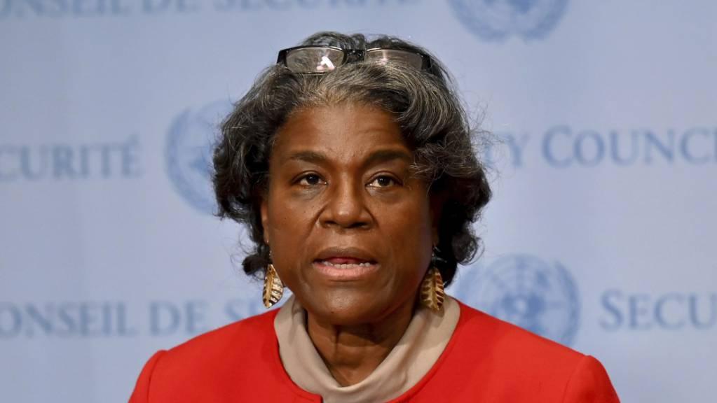 ARCHIV - Die US-Botschafterin bei den Vereinten Nationen Linda Thomas-Greenfield spricht nach einem Treffen mit UN-Generalsekretär Guterres. Foto: Angela Weiss/AFP Pool/AP/dpa