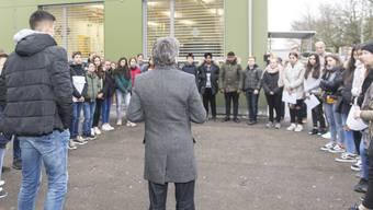 Schüler übergaben im November dem Schlieremer Stadtpräsidenten Markus Bärtschiger (SP) eine Petition, mit der sie verhindern wollten, dass einem beliebten Seklehrer gekündigt wird.