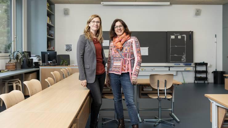 Schulleiterin Andrea Stadelmann und Schulpräsidentin Daniela Kugler (von links) präsentieren eines der neuen 74 Quadratmeter grossen Schulzimmer.