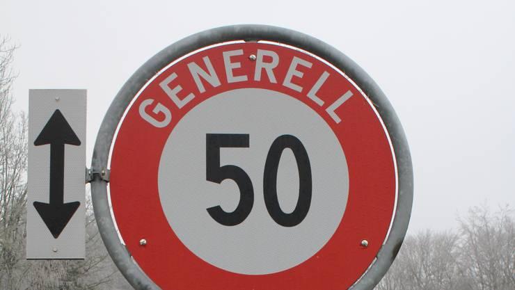 Der Autofahrer, der mit 92 km/h durchs Dorf fuhr, nahm sich das Generell 50-Schild nicht so zu Herzen.