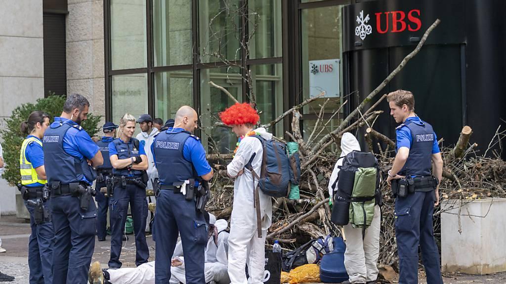 Räumung der Blockade der Aktivisten der Bewegung Collective Climate Justice vor dem Verwaltungssitz der UBS am Aeschenplatz in Basel.