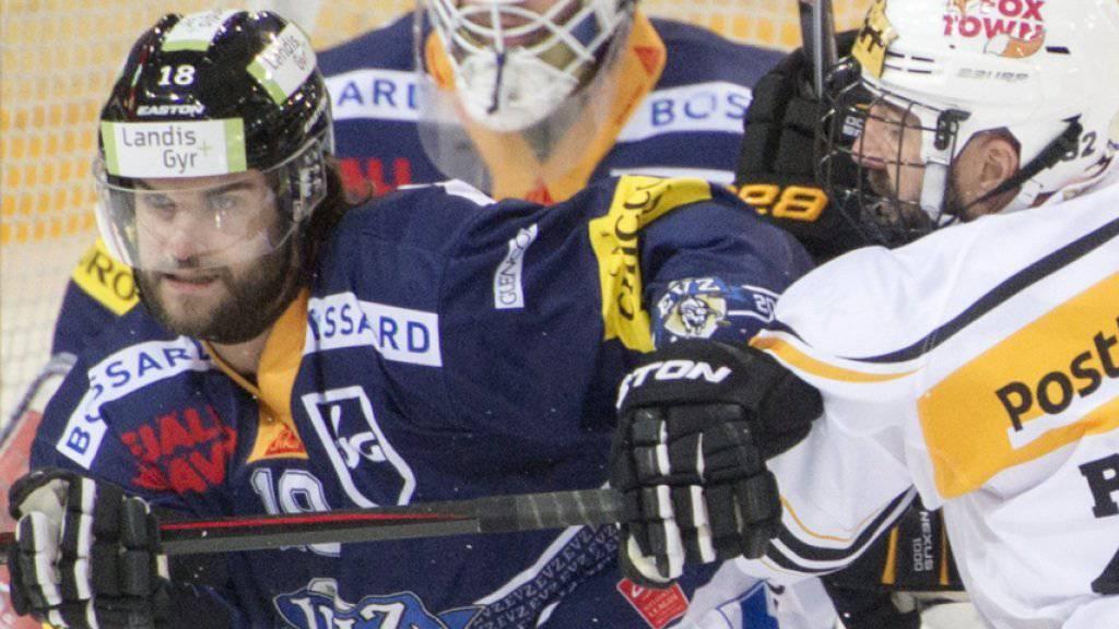 Lugano-Stürmer Sébastien Reuille (rechts) geht Zugs Dominik Schlumpf an