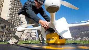Testbetrieb einer Paket-Drohne der Post in Lugano. Ob mit solchen Aktionen das Produktivitätsproblem einer Branche gelöst werden kann, ist zu bezweifeln. HO