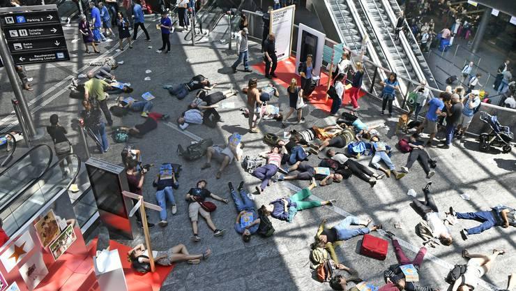 Aktion von Klimaaktivisten zum Ferienstart auf dem Flughafen Zürich in Kloten am Samstag. (Keystone: Walter Bieri)