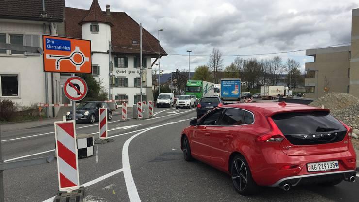 Verkehrsteilnehmer aus dem Wynental können beim «Kreuz» nicht mehr links abbiegen. Das Hauptproblem ist aber, dass es zwischen der «Bernstrasse» und der Bahnschranke nur noch eine Spur hat – für beideFahrrichtungen.