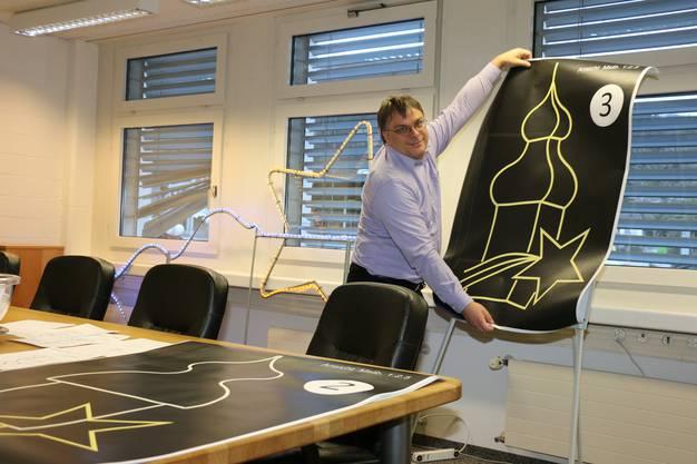 Präsident des Gewerbevereins Martin Spühler zeigt das neue Design der Weihnachtsbeleuchtung. (Archivbild)