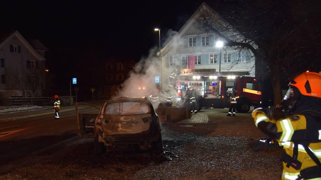 Auto während Fahrt in Brand geraten
