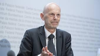 Daniel Koch, Delegierter des Bundes für COVID-19, desinfiziert sich die Hände während einer Medienkonferenz.