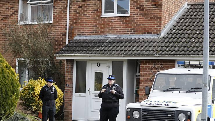 Polizisten vor dem Haus des Doppelagenten Sergej Skripal.
