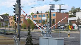 So sieht die neue Bahnschranken-Anlage im Zentrum von Rudolfstetten aus.