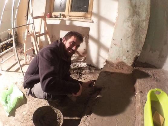 Fabian Dingetschweiler hilft bei Reparaturarbeiten.