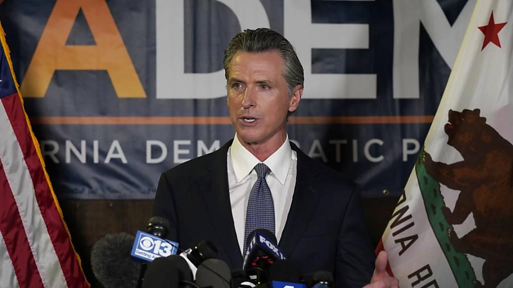 Der kalifornische Gouverneur Gavin Newsom hat Prognosen zufolge erfolgreich den Versuch seiner republikanischen Gegner abgewehrt, ihn vorzeitig aus dem Amt zu drängen. Foto: Rich Pedroncelli/AP/dpa
