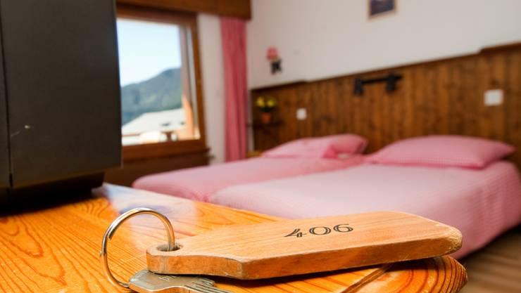 Für traditionelle Hotels wird die Buchungsplattform Airbnb zunehmend zur Konkurrenz. (Archivbild)
