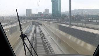 Gleiten über das Gleisfeld: Eine Testfahrt auf der Letzigrabenbrücke.