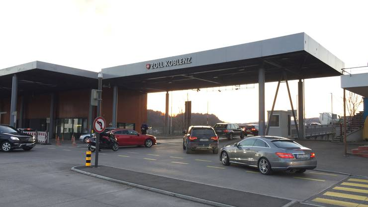 Am Dienstag staut sich der Verkehr vor dem Grenzübergang Koblenz-Waldshut erneut im Feierabendverkehr.