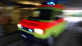 Der Mann musste umgehend mit dem Krankenwagen ins Spital eingeliefert werden (Symbolbild)