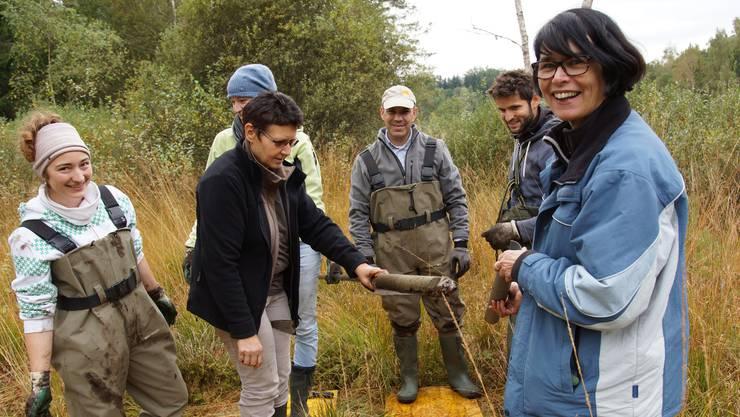 Das Team von Lucia Wick (Mitte) und Nikolaus Kuhn (ganz hinten) sammelt Bodenproben aus bis zu neun Metern Tiefe.
