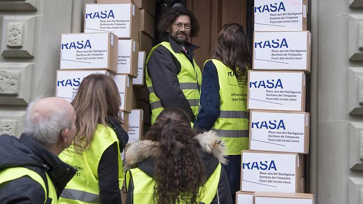 Das RASA-Komitee hält an seiner Initiative fest, bis das Parlament sich dazu geäussert hat. Im Herbst 2015 hatte das Komitee um Thomas Geiser (Mitte) die gesammelten Unterschriften bei der Bundeskanzlei eingereicht. (Archiv)