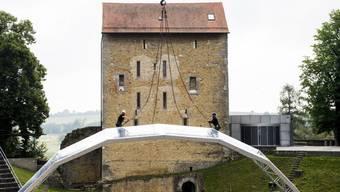 Arbeiter errichten ein transparentes Dach über der Bühne des Opernfestivals Avenches. Das erwies sich als unnötig: Der Regen verschonte heuer alle vier Vorstellungen. Für eine ausgeglichene Bilanz reichte es dennoch nicht ganz. (Archivbild)