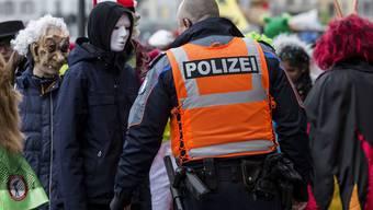 Die Polizei kontrolliert Fasnächtler am SchmuDo in Luzern