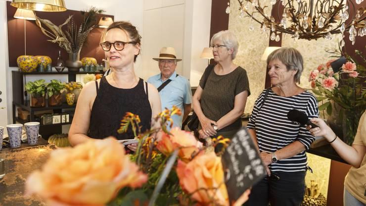 """In der Blumenbinderei """"Flores"""" bei Geschäftsführerin Heidi Bisang."""