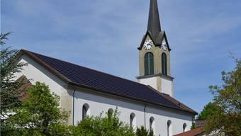 Die Fotomontage zeigt das südliche Dach der katholischen Kirche in Niedererlinsbach mit einer Indach-Fotovoltaikanlage.