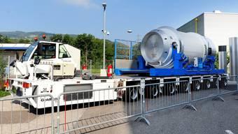 Die schweren Behälter mit hoch radioaktiven Abfällen werden per Spezialfahrzeug ins Zwischenlager Würenlingen geliefert.
