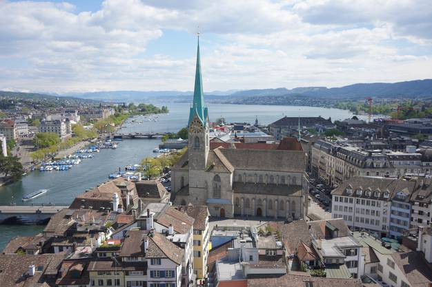 Das ist die wunderschöne Aussicht von der St. Peter Kirche über Zürich.