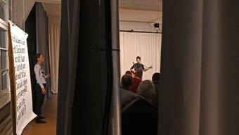 Chantal Hediger (links) und Syléna Vincent spielen in «Living in a Box» mit dem Raum.