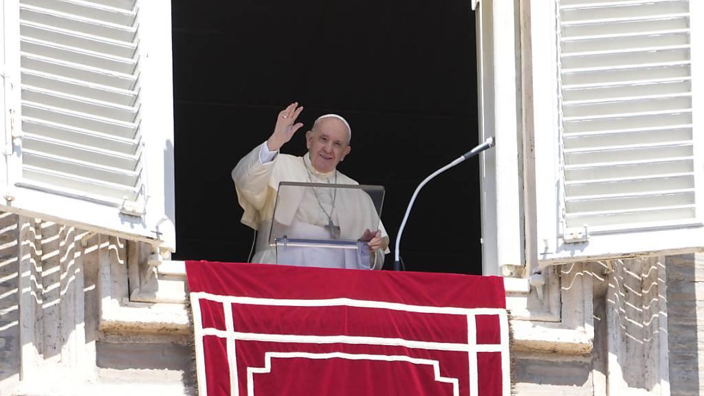 Papst Franziskus winkt vom Fenster seines Arbeitszimmers mit Blick auf den Petersplatz im Vatikan. Foto: Gregorio Borgia/AP/dpa