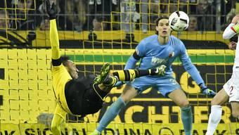 Akrobatisch: Dortmunds Goalgetter Pierre-Emerick Aubameyang prüft Augsburg-Keeper Marwin Hitz