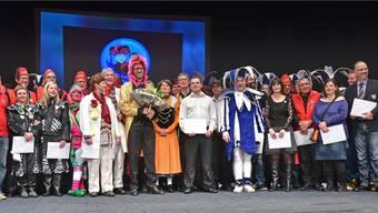Die verdienstvollen Fasnächtler auf der Bühne des Stadttheaters, aufgereiht am Fukoabend 2015.