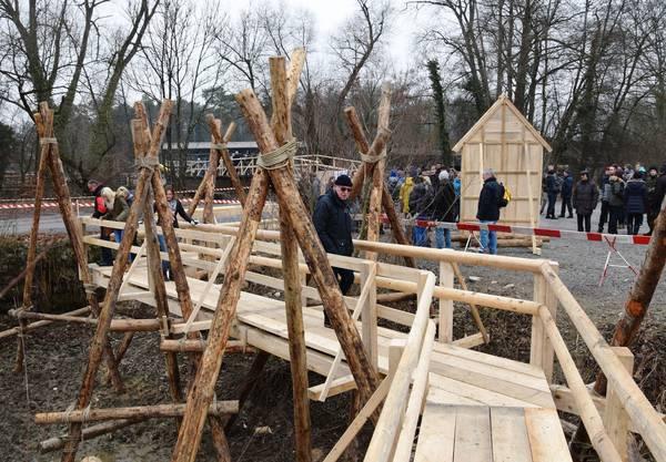 Die Besucher bewundern den eigens erstellten Holzsteg