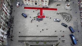 Empfang auf dem Münsterplatz kurz vor Mittag: Bundespräsidentin Simonetta Sommaruga begrüsst Bundeskanzlerin Angela Merkel. PETER KLAUNZER/Keystone