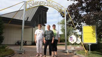 Imkerin Brigitte Hilfiker (von links), Kirchenpräsidentin Nicole Raisle und Kirchenpflegerin Karin Binder organisierten die Ausstellung «Bienenwunder».