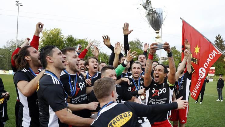 Der FC Klingnau feiert den Cupsieg nach einem 4:2 gegen den FC Suhr.