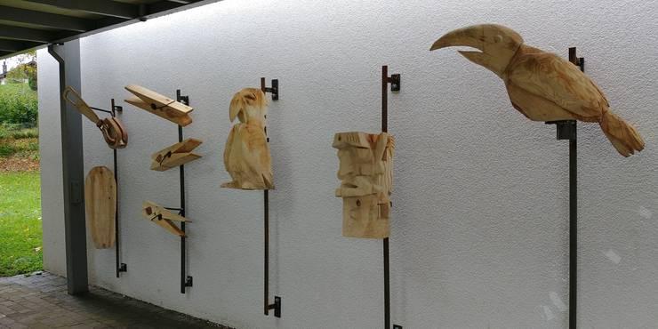 Die Oberstufenschülerinnen und -schüler von Werklehrer Andreas Jäggi haben mit Holzskulpturen die Schulhausfassade in Schinznach-Dorf gestaltet.
