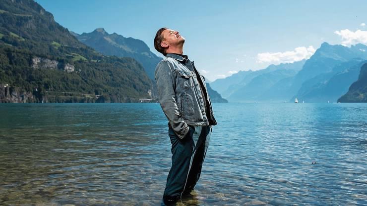 Ist mit sich im Reinen: Padi Bernhard geniesst ein Fussbad im Vierwaldstättersee.