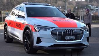 Im Februar 2020 wird der neue vollelektrische Audi e-tron 55 Quattro auf den Zürcher Strasse zu sehen sein. Die Kantonspolizei Zürich will ihrer nachhaltigen CO2-Strategie mit dem Elektro-Auto entgegenkommen. Doch vorerst soll das Auto die Testphase bestehen.