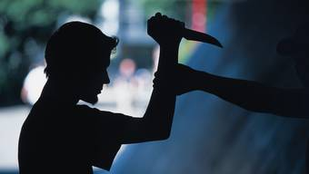Die Opfer wurden von den Tätern mit einem Messer bedroht. (Symbolbild)