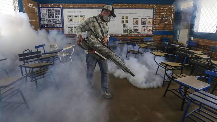 Ein Angestellter des Gesundheitsministeriums versprüht in einer Schule  in der nicaraguanischen Hauptstadt Managua ein Insektizid gegen die Stechmücke, dies das Zika-Virus überträgt.
