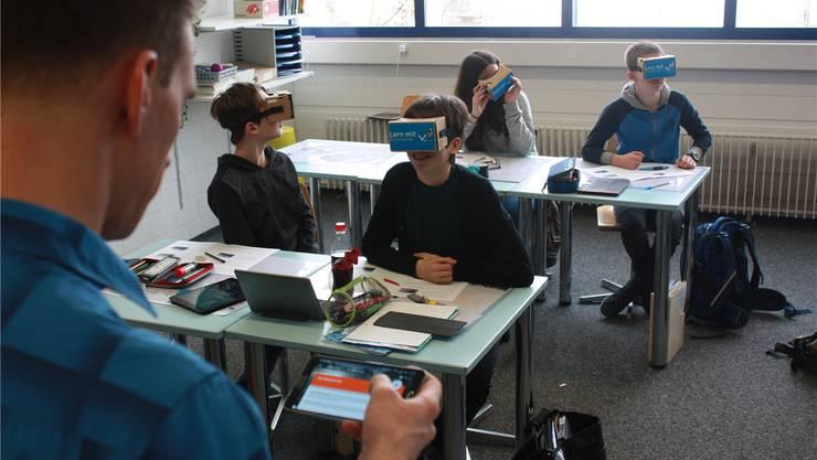Lehrer Denis Ganath führt seine Schüler durch eine virtuelle Welt. zvg