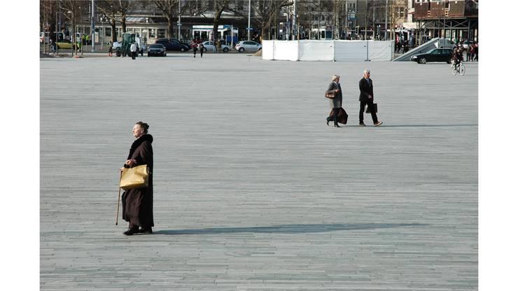 Der Platz bietet Flaneuren eine stilvolle Bühne.