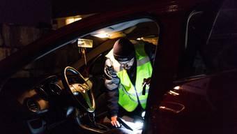 Die Insassen eines bulgarischen Autos täuschen eine Panne vor. (Symbolbild)
