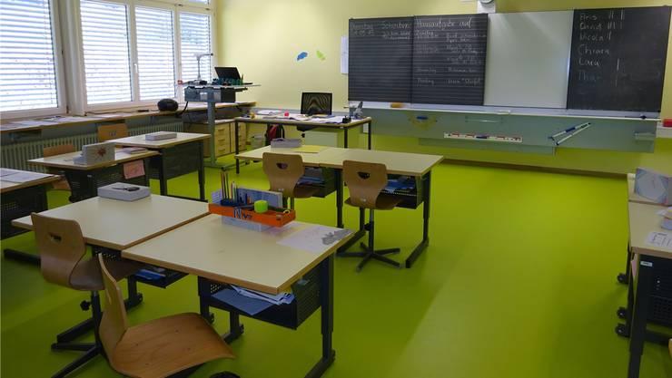Im neuen Münchwiler Schulhaus ist jeder Schulraum farblich anders gestaltet. SH