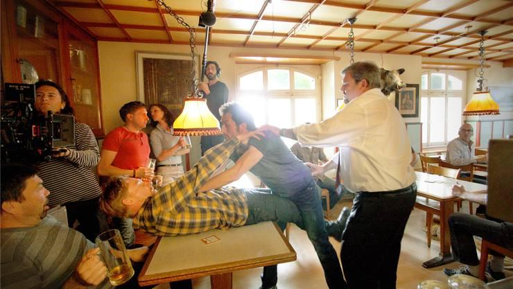 Dreharbeiten im «Weissen Wind» für die vierte Staffel: Bestatter Luc Conrad (Mike Müller, weisses Hemd) trennt zwei Streithähne.