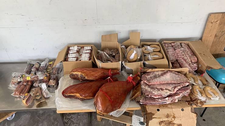 Ein stattlicher Fleischberg: Über 72 Kilogramm an Würsten, Schinken und Trocken- und Frischfleisch schmuggelte ein Mann in die Schweiz.