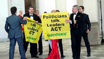 Protest: «Bodyguard» Christian Schmutz (ganz rechts). (Reuters)