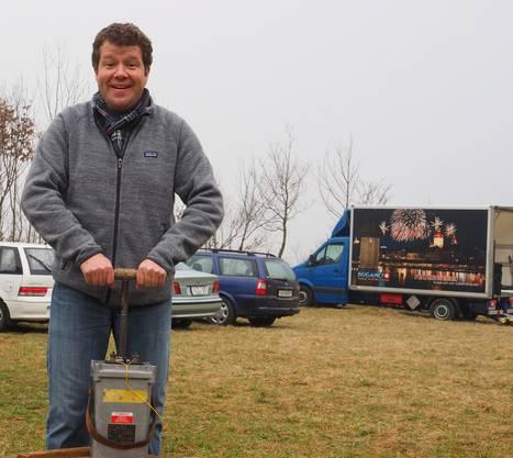 OK-Chef Urs Rölli zündete am Samstag um 11.12 Uhr auf der Ravelle die erste 100-Millimeter-Zylinderbombe.