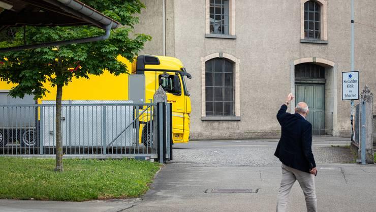 Das Material wurde am Montag per Lastwagen zum Zeughaus Aarau transportiert.